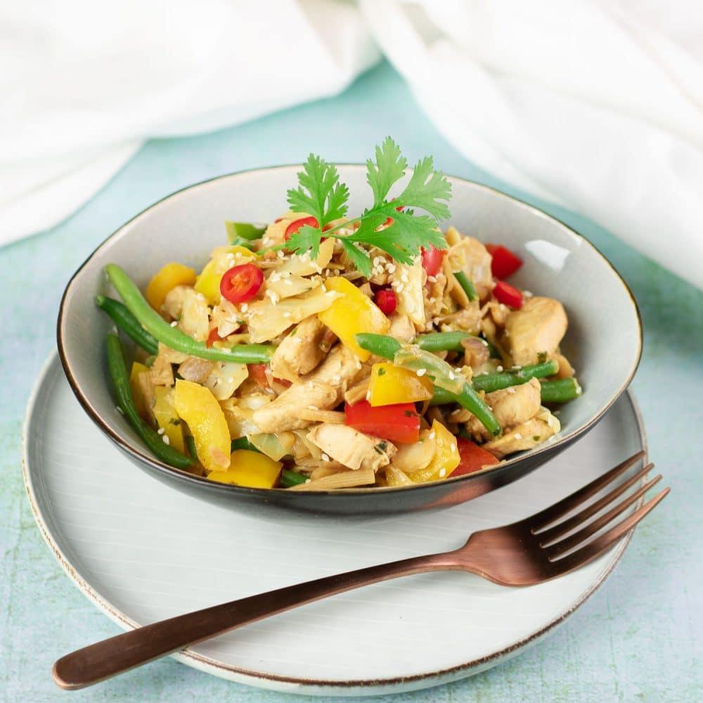 Die asiatische Gemüsepfanne mit Hähnchen und Sesam ist Low Carb und glutenfrei.