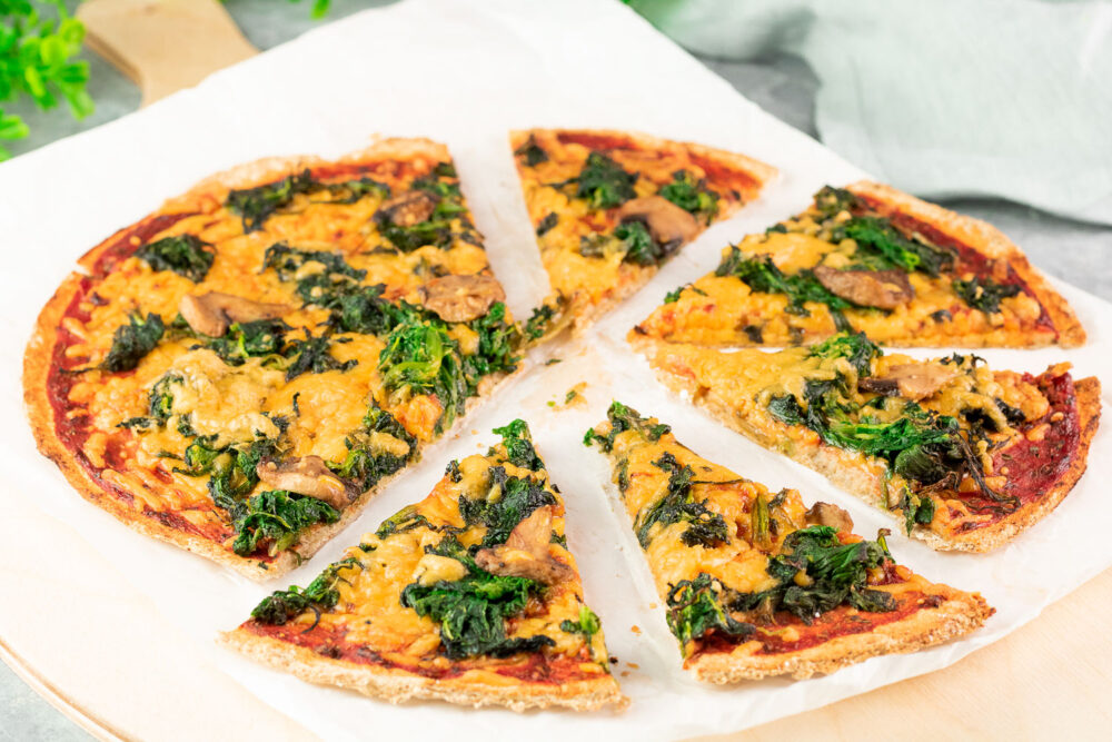 Die Chia-Samen-Pizza ist eine lecker Pizza ohne Kohlenhydrate, ohne Gluten, ohne Milchprodukte und somit vegan!