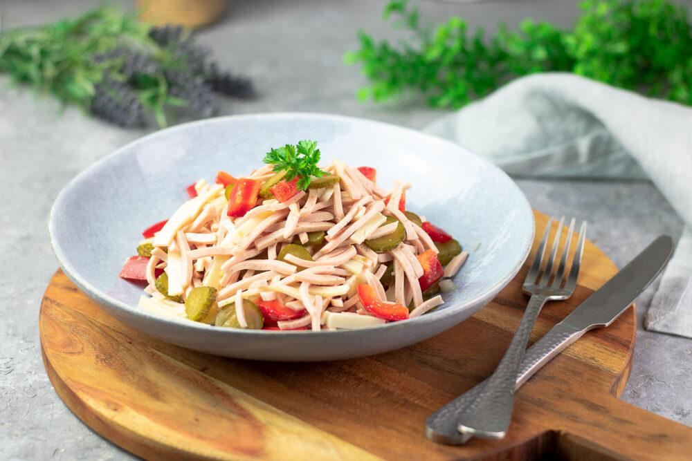Der Wurstsalat ist perfekt für den Sommer und auch noch Low Carb!