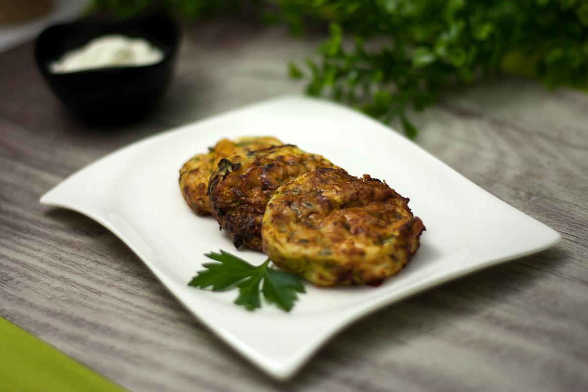 Die Zucchini-Petersilien-Puffer sind lecker Low Carb und glutenfrei. Das Rezept ist zudem einfach zu kochen und schmeckt köstlich.