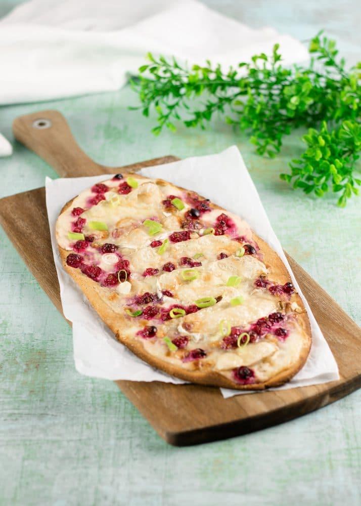 Der Flammkuchen mit Camembert und Johannisbeeren ist lecker, deftig süß und Low Carb sowie glutenfrei.