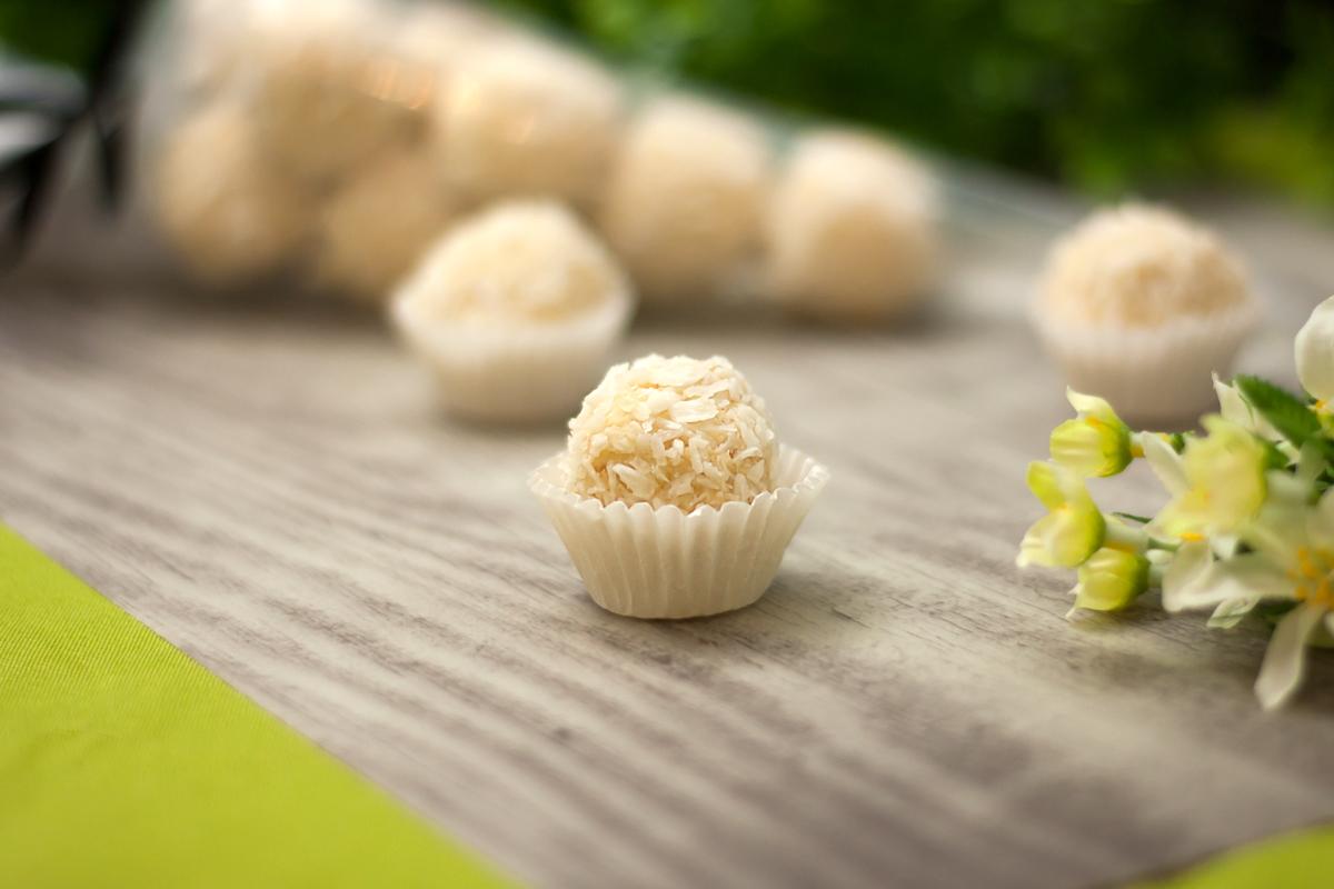 Die Kokospralinen ohne Schokolade sind Low Carb, glutenfrei und super lecker!