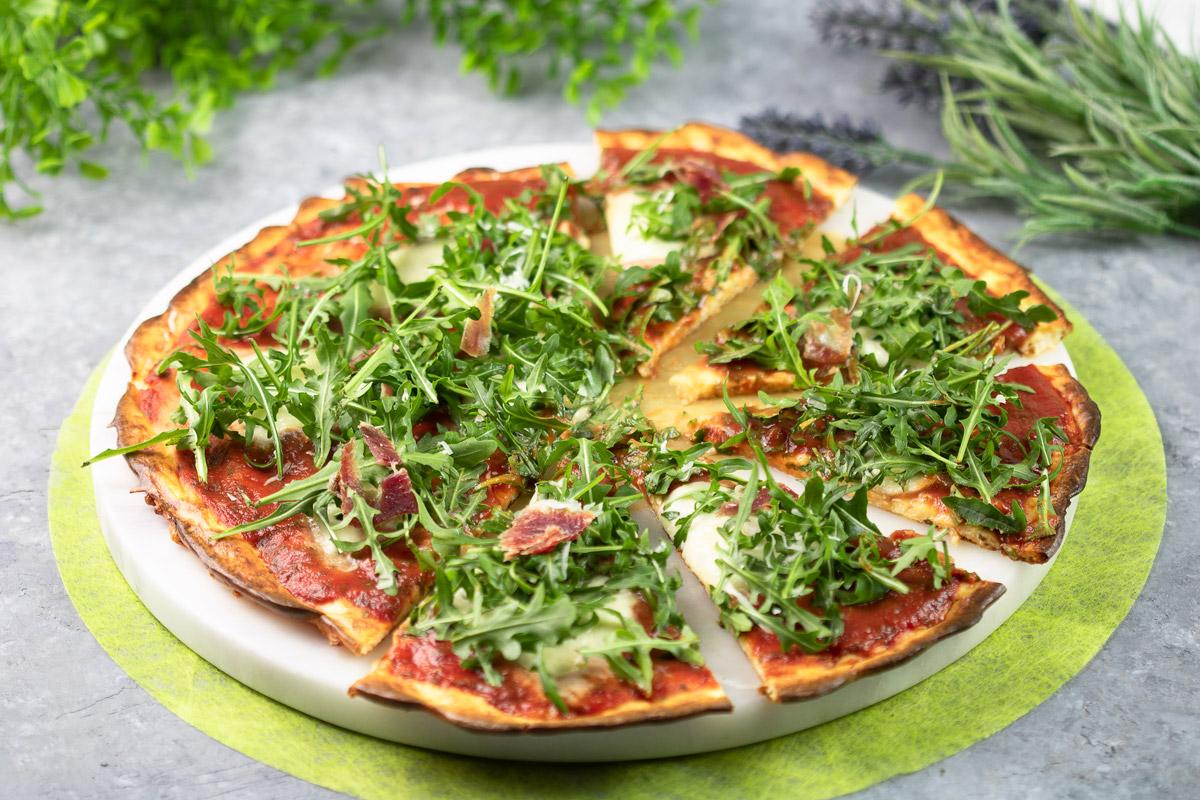 Die Käseboden-Pizza ist ein leckeres Low Carb Gericht. Das Rezept ist schnell gekocht und schmeckt einfach klasse!