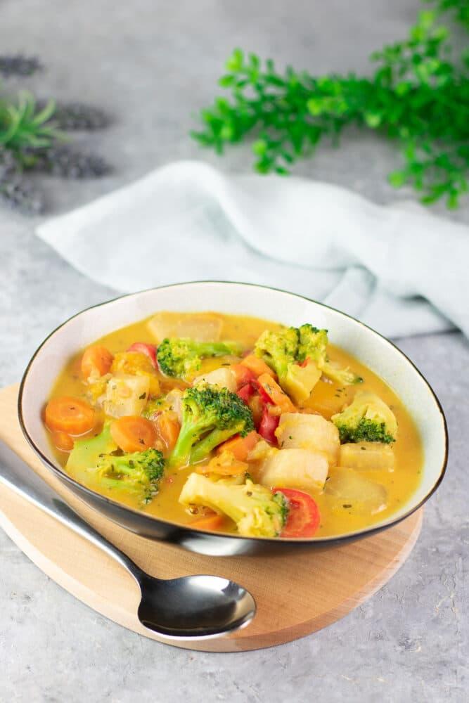 Der Kunterbunte Gemüseeintopf ist Low Carb, vegan und glutenfrei. Das Rezept ist einfach zu kochen und schmeckt am besten im Herbst.