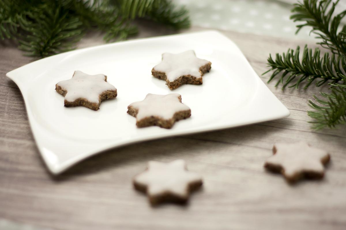 Die Chia-Zimtsterne sind leckere Zimtsterne ohne Zucker und ohne Mehl. Somit sind die Weihnachtsplätzchen Low Carb und glutenfrei.