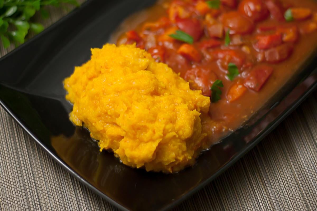 Das Kürbis-Sellerie-Püree ist ein leckeres veganes Gericht.