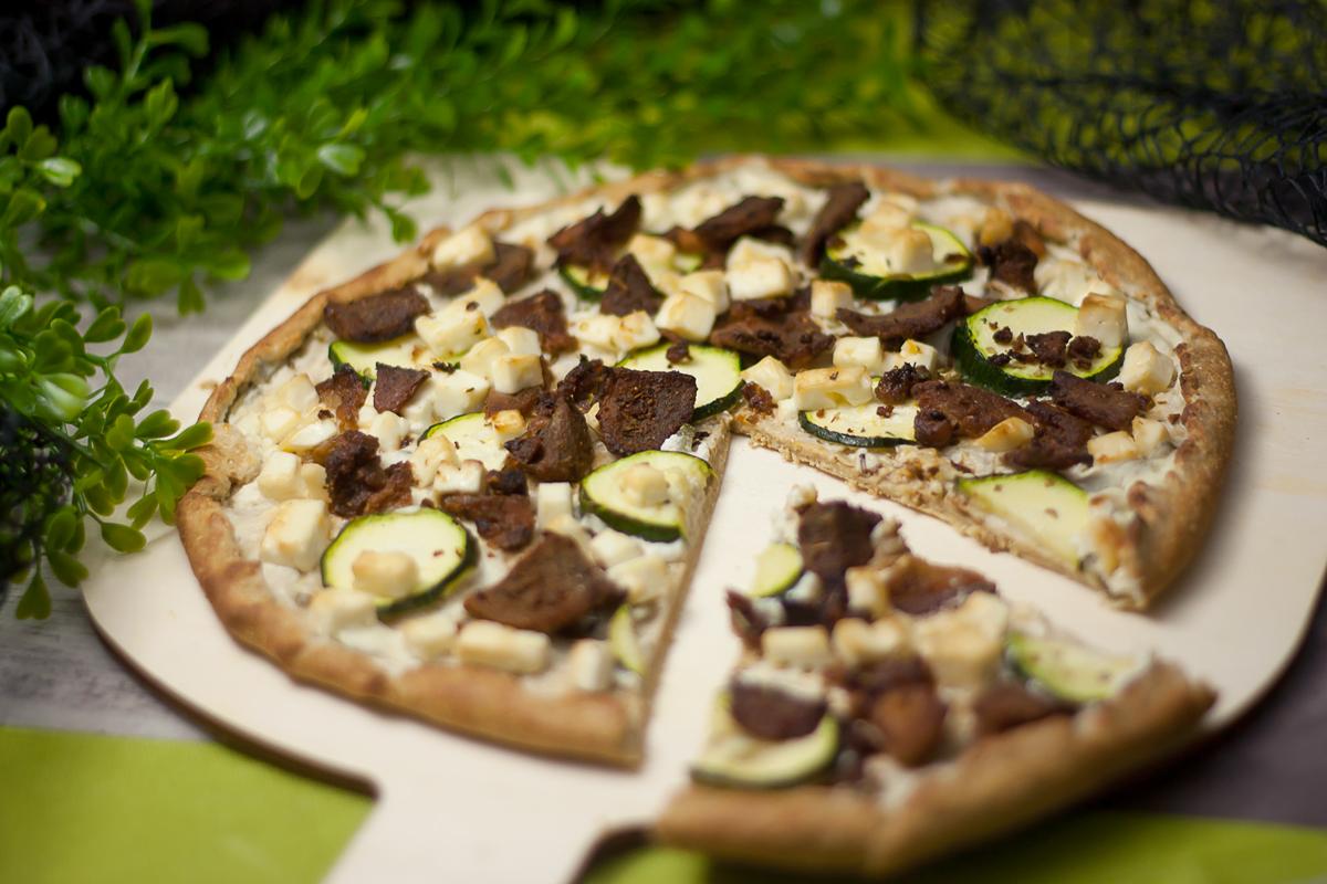 Die Gyros-Pizza ist eine leckere und deftige Pizza ohne Kohlenhydrate.