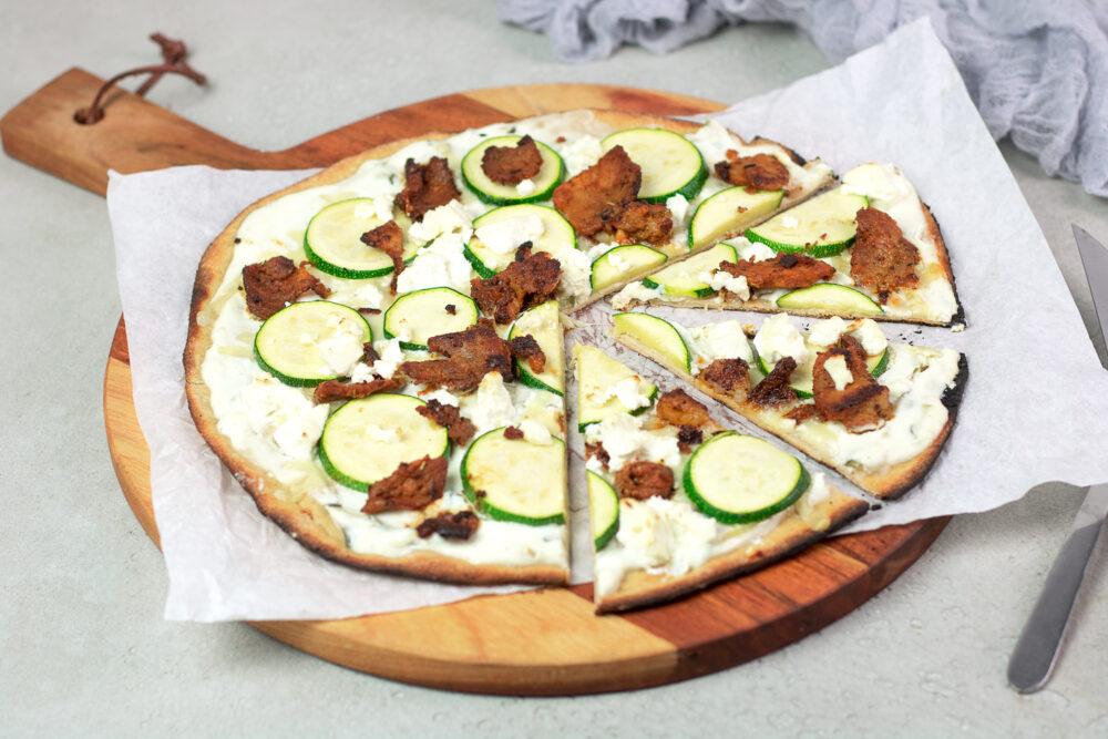 Die Gyros-Pizza ist Low Carb, glutenfrei und richtig lecker deftig.