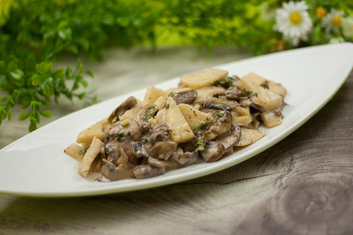 Die Sellerie-Pilz-Pfanne ist ein leckeres Herbstgericht ohne Zucker, ohne Mehl und ohne Kohlenhydrate.