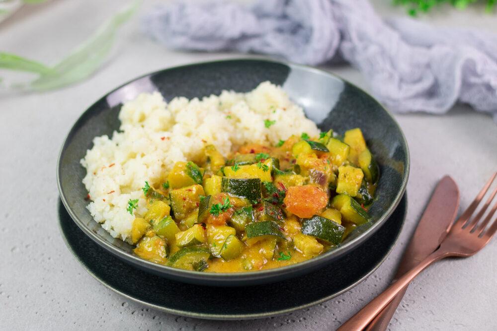 Das Zucchini-Papaya-Curry ist lecker, vegan, glutenfrei und Low Carb.