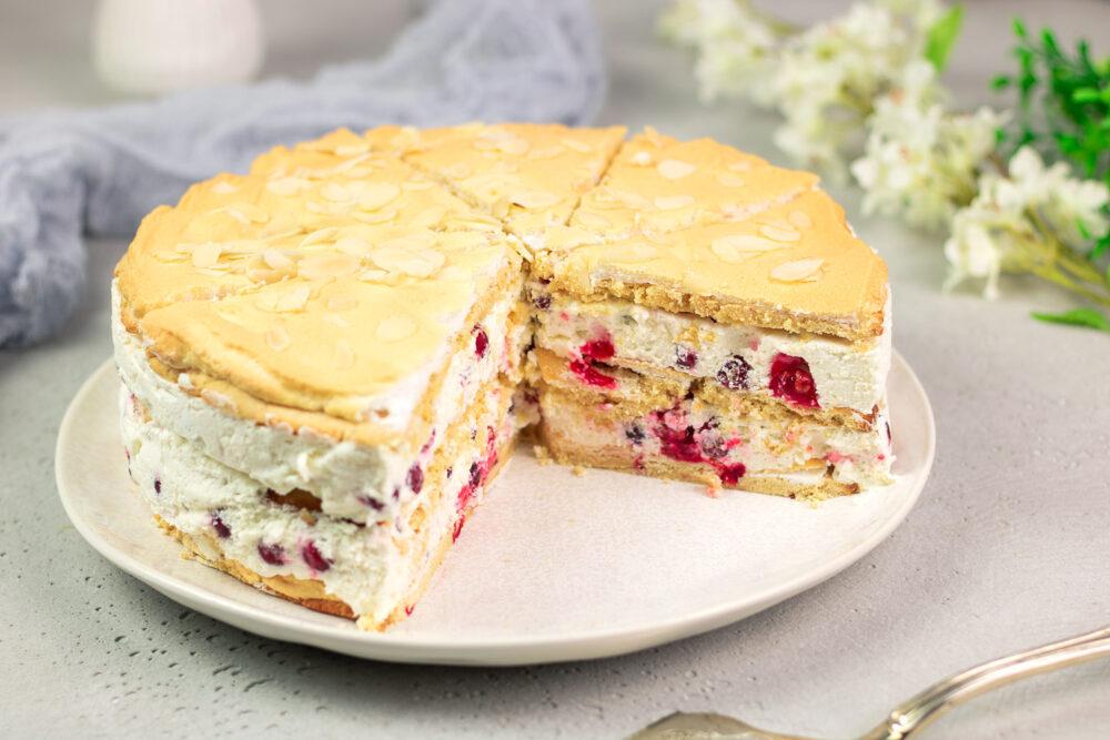 DIe Johannisbeer-Baiser-Torte ist eine leckere Torte ohne Zucker und ohne Mehl.