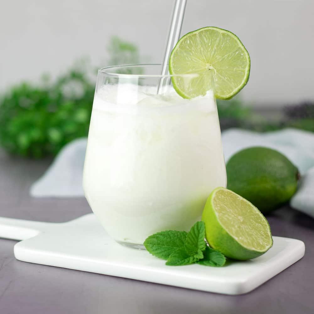 Der Limetten-Lassi ist ein flüssiges Low Carb Dessert, welches perfekt erfrischt im Sommer