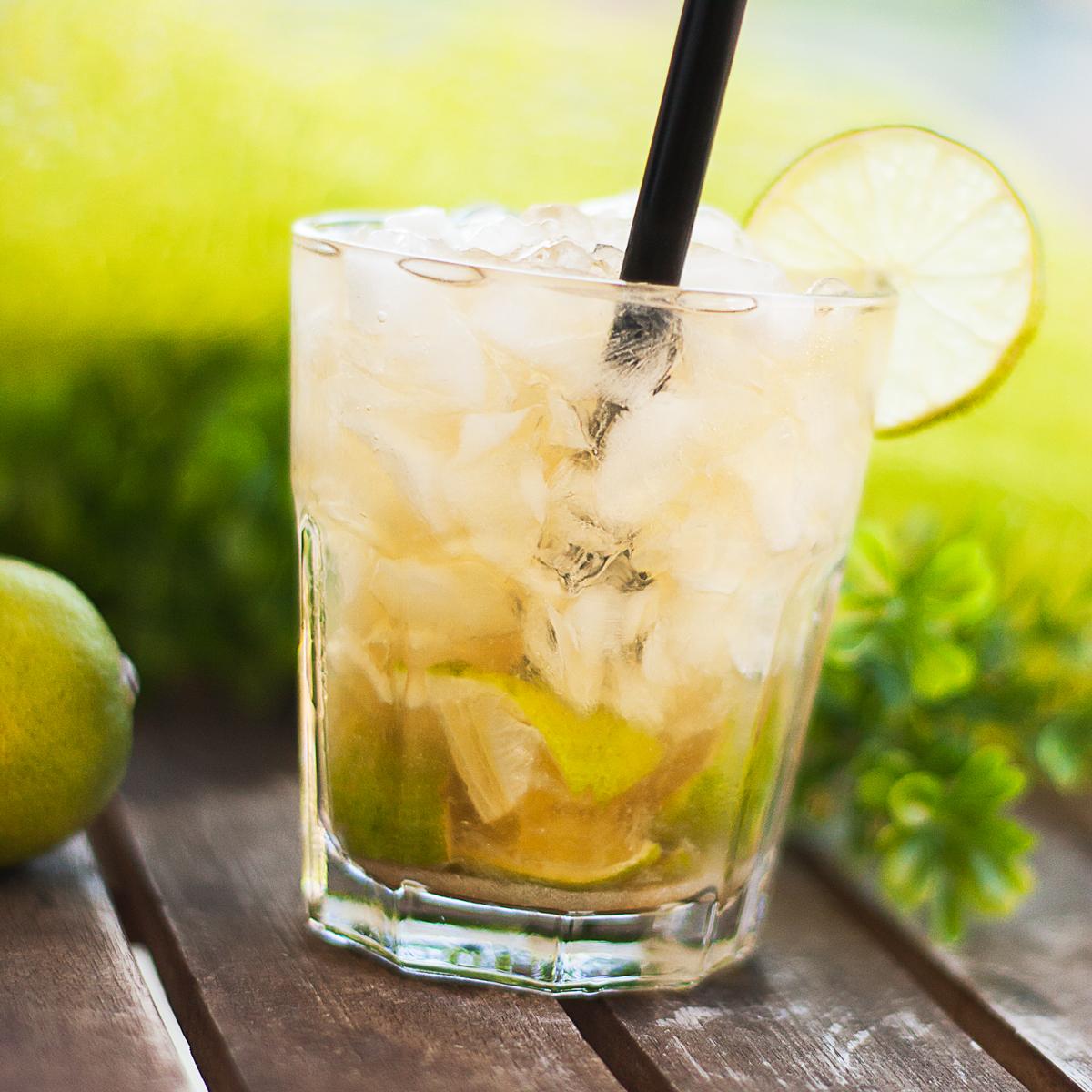 Der Low Carb Caipirinha ist ein leckerer sommerlicher Cocktail. Das Rezept ist zudem glutenfrei.