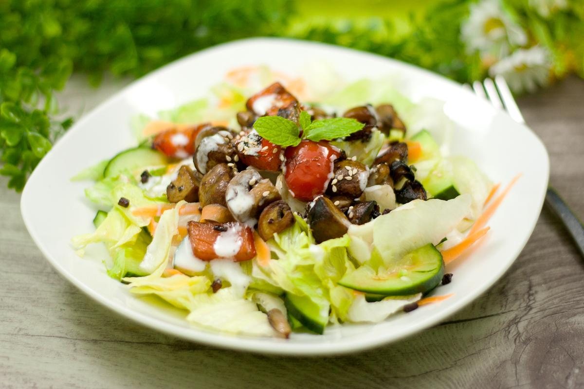 Der Salat mit Knobi-Pilzen ist lecker und Low Carb. Das Rezept ist einfach zu kochen und schmeckt gerade im Sommer.