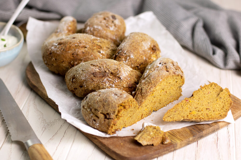 Der deftige Kürbiszopf mit Speck ist ein leckeres und deftiges Low Carb Brot mit Kürbis.