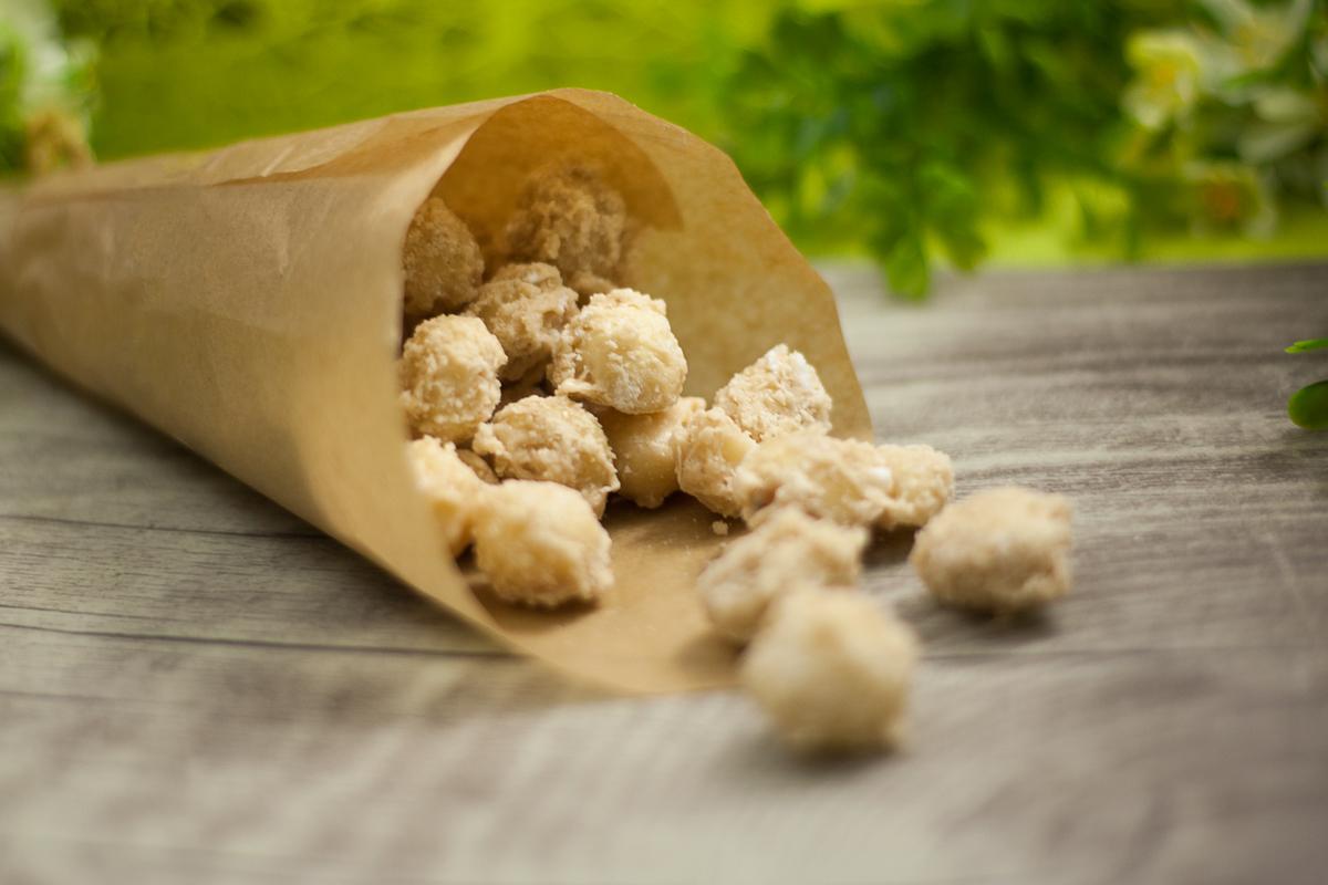 Die Kokos-Macadamianüsse sind ein leckerer Snack ohne Zucker und ohne Mehl. So ist das Rezept zu den gebrannten Nüssen Low Carb und vegan.