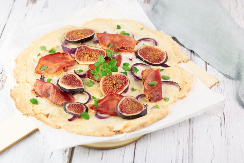 Der Feigen-Flammkuchen mit Ziegenfrischkäse ist ein leckeres Herbst-Rezept. Das Gericht ist Low Carb, glutenfrei und zuckerfrei.
