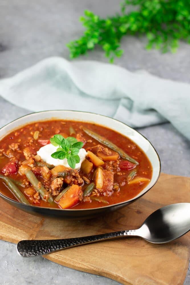 Das Kürbis-Chili ist ein leckerer herbstlicher Eintopf. Das Rezept ist eine Alternative für Chili con Carne. Zudem ist es Low Carb und glutenfrei.