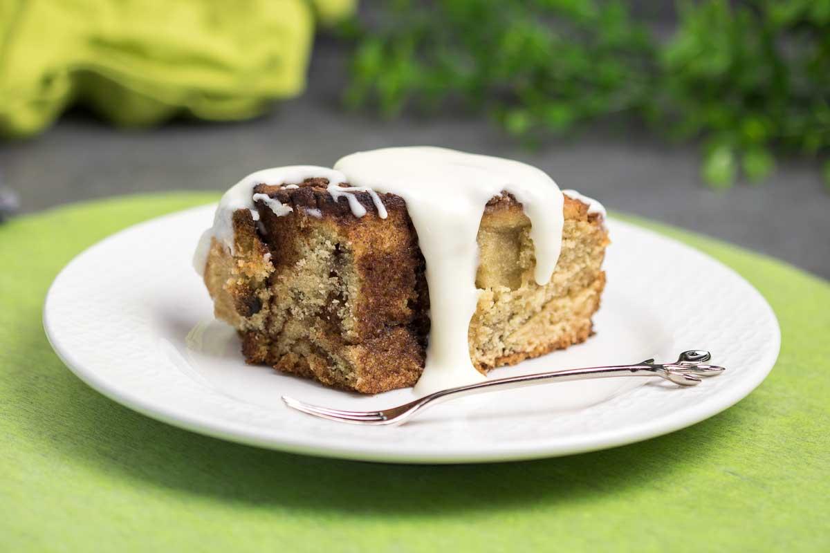 Der Low Carb Zimtschnecken-Kuchen ist mega lecker und passt perfekt zu allen Situationen.