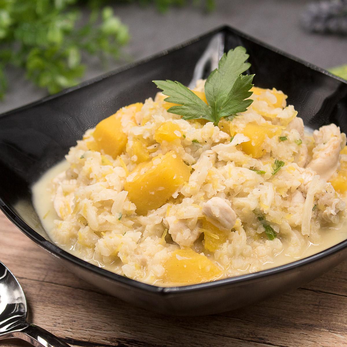 Das Blumenkohl-Risotto mit Kürbisstücken ist ein perfektes Herbstgericht. Es ist gesund, Low Carb und glutenfrei.