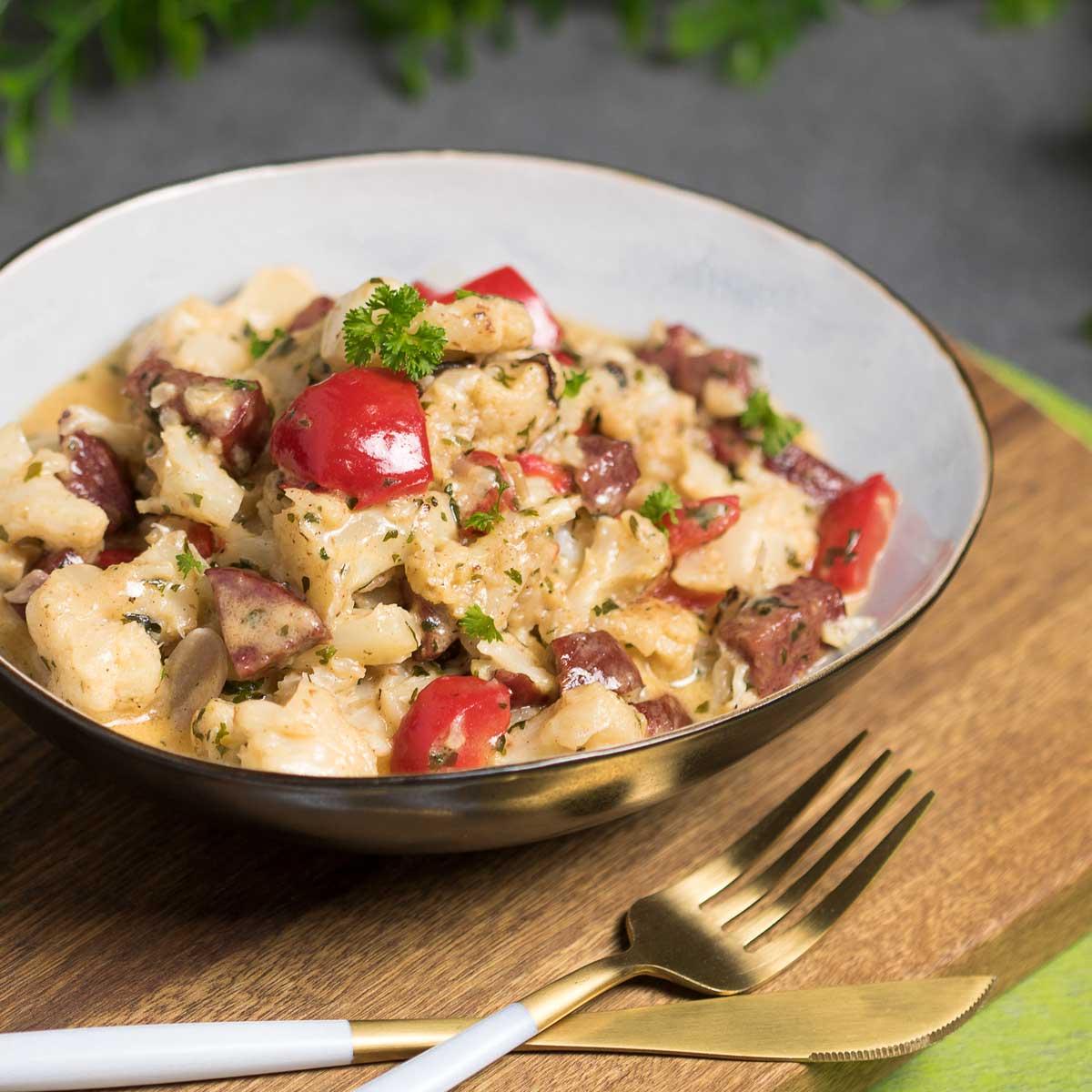 Der Cheesy Blumenkohl-Pott ist Low Carb und super lecker. Das Rezept ist einfach zu kochen und man benötigt nur einfache Zutaten.