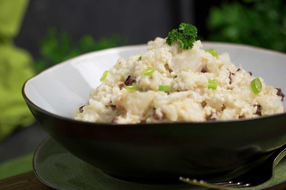 Der Blumenkohlsalat ist die Low Carb Alternative zum Kartoffelsalat.