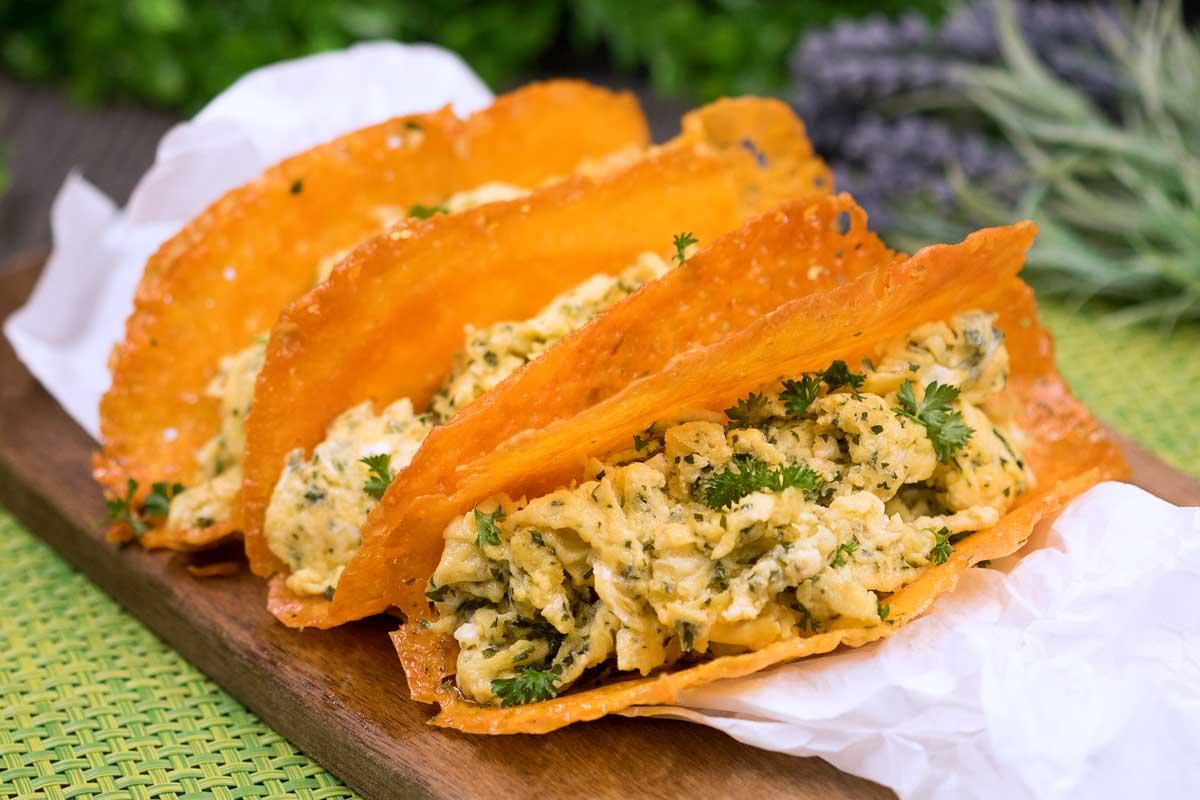 Die Breakfast-Taccos sind nicht nur eine tolle Idee fürs Eierfasten sondern auch für die Low Carb und Keto Diät