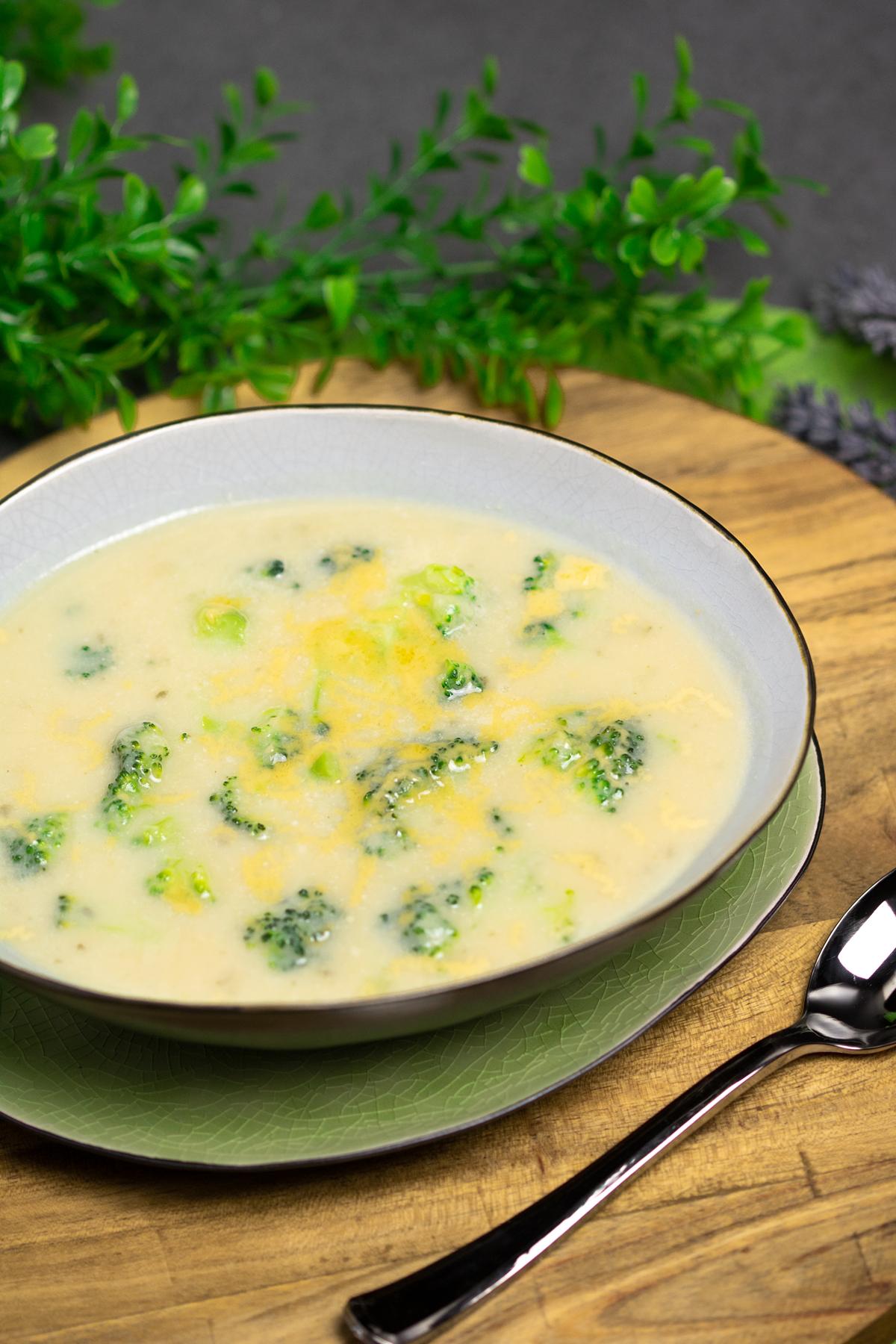 Die Brokkoli-Cheddar-Suppe ist eine leckere Low Carb, Keto geeignete Suppe die zudem auch noch glutenfrei ist. Das Rezept ist perfekt für den Winter und schmeckt einfach großartig.