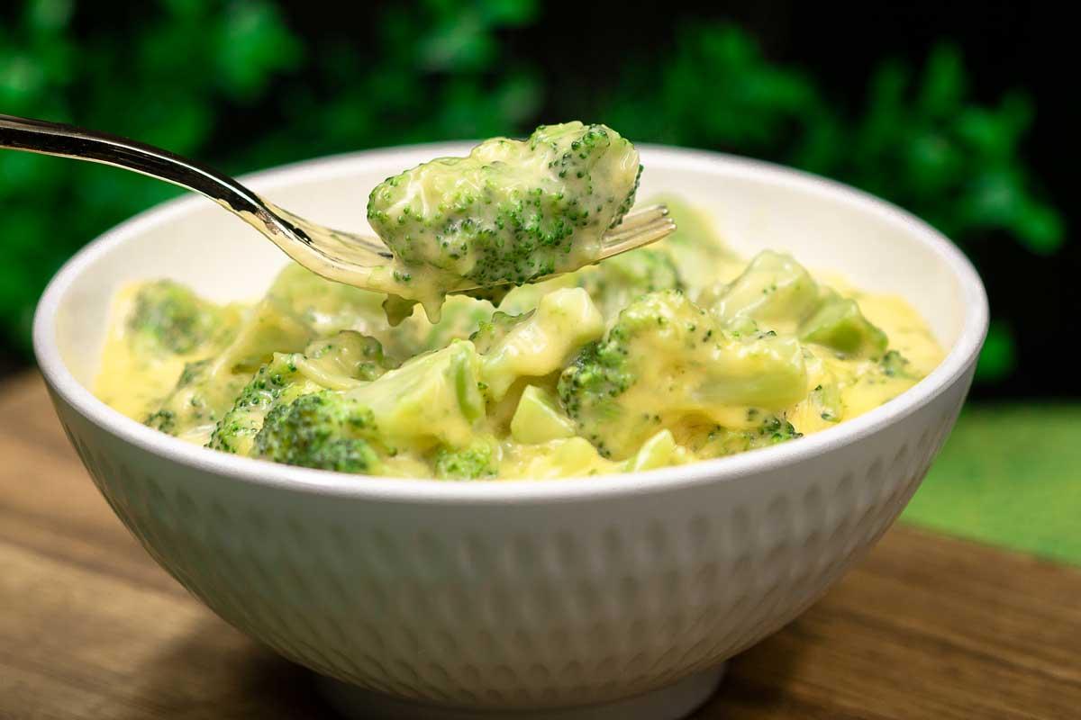 Brokkoli & Cheese ist die Low Carb Variante zu Maccaroni & Cheese. Das Gericht ist allerdings ohne Zucker und ohne Mehl.