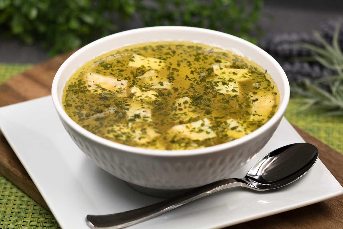 Die Brühe mit Eierstich ist ein leckeres Keto Gericht für kalte Tage und passt perfekt ins Eierfasten.