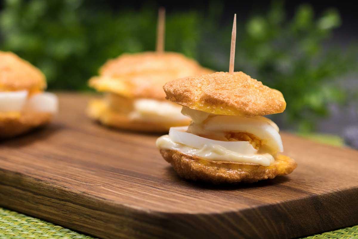 Die Eier-Burger sind perfekt fürs Eierfasten. Das Rezept ist Low Carb, glutenfrei und Keto.