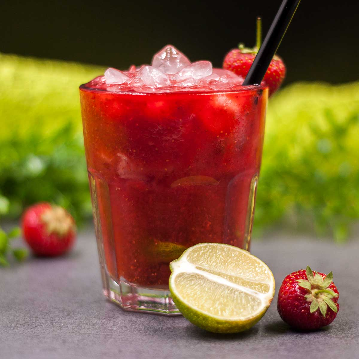 Der Erdbeer-Caipirinha ist lecker und Low Carb. Das Rezept vom Cocktail ist zudem sehr erfrischend.