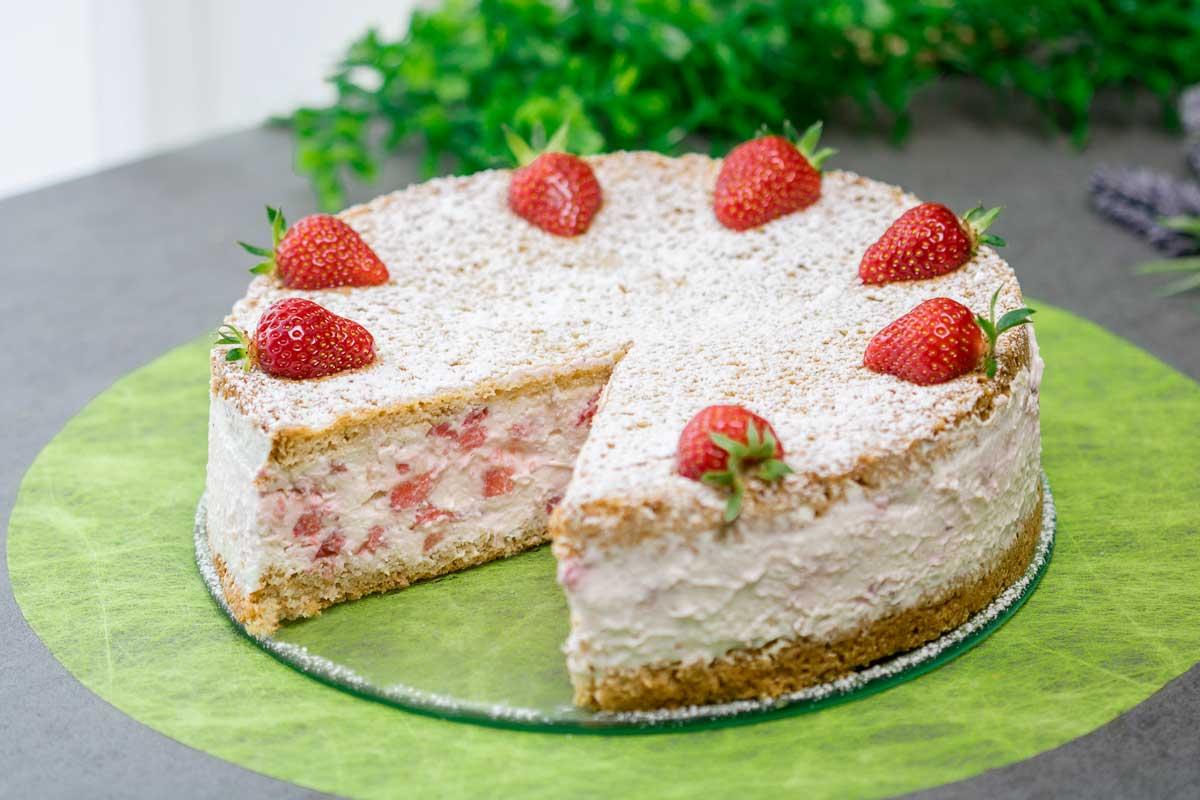 Die Erdbeer-Käsesahnetorte ist ein leckerer Low Carb Kuchen ganz ohne Zucker und ohne Mehl.