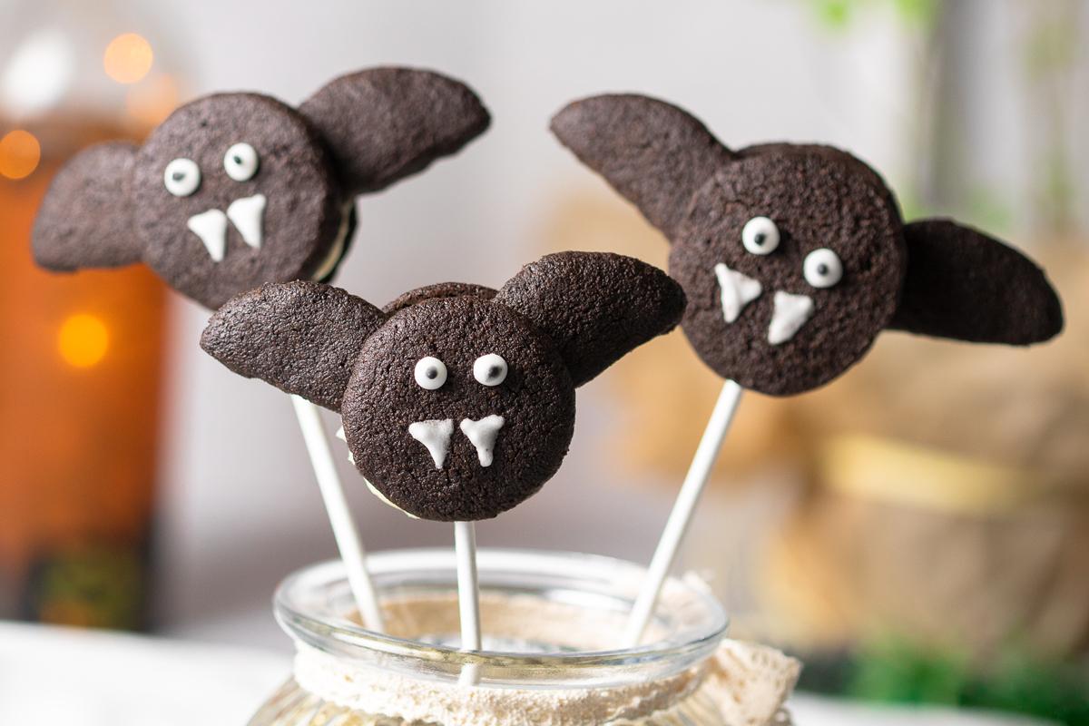 Die Fledermaus-Popcakes sind lecker Halloween-Süßigkeiten. Das Rezept ist angelehnt an die Oreo-Kekse nur Low Carb und glutenfrei.