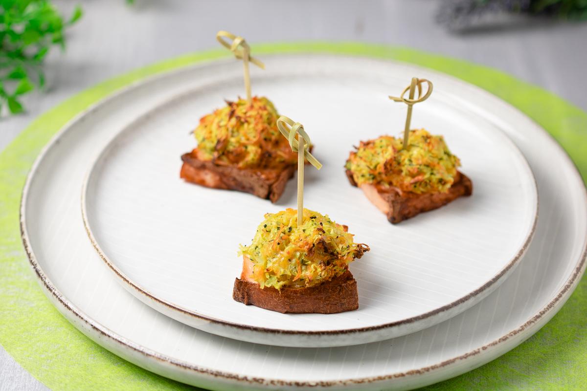 Die Fleischkäs-Rösti-Happen sind leckere Häppchen die perfekt als Fingerfood serviert werden können. Außerdem sind sie ohne Kohlenhydrate und glutenfrei.