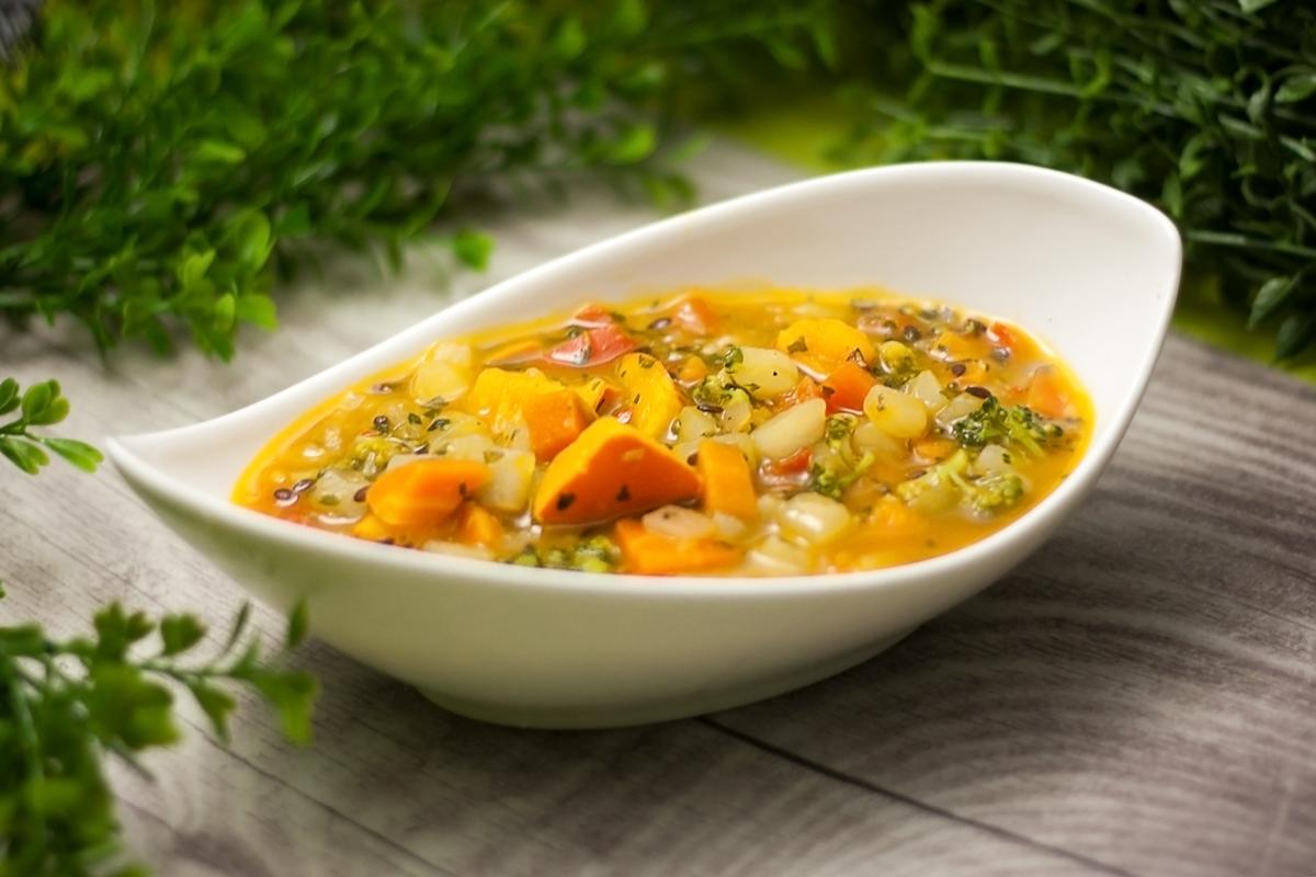 Der kunterbunte Gemüse-Eintopf ist lecker Low Carb, glutenfrei und vegan. Das Rezept ist einfach zu kochen und schmeckt einfach großartig.