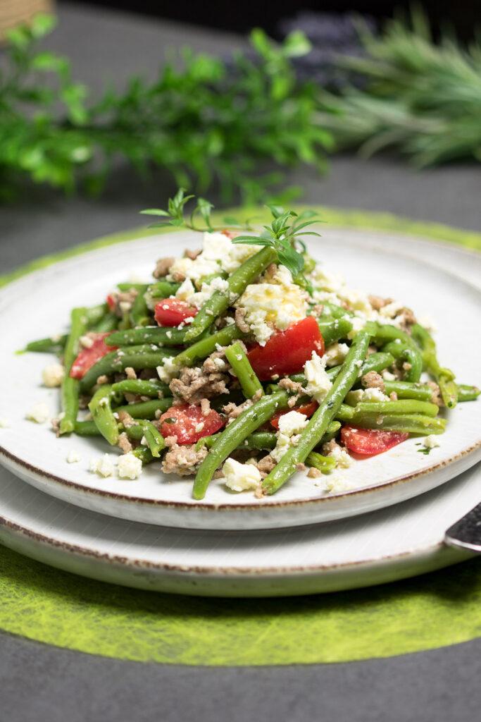 Der Grüne-Bohnen-Salat mit Hackfleisch und Feta schmeckt warm und kalt.
