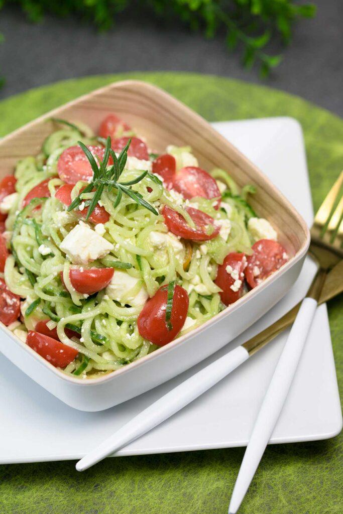 Der Gurken-Tomaten-Salat ist ein perfekter Low Carb Salat. Er schmeckt am besten im Sommer als Beilage zum Grillen oder als Hauptspeise.