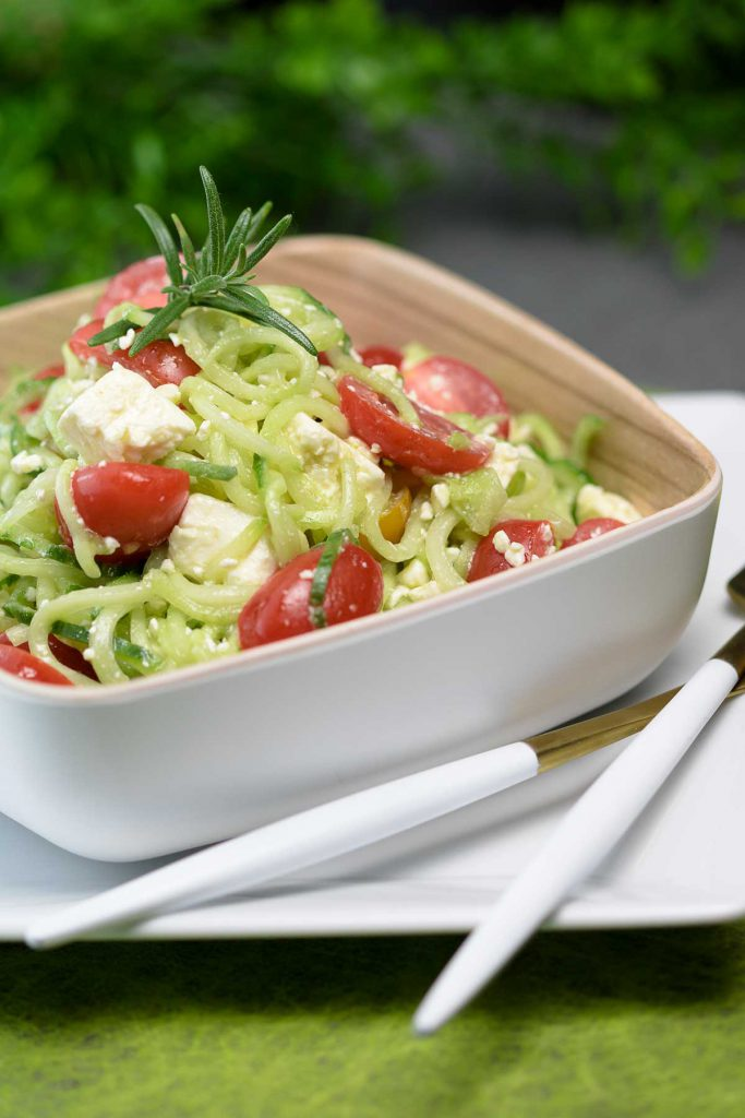 Der Gurken-Tomaten-Salat ist ein erfrischender Sommer Salat. Das Rezept passt perfekt als Beilage zum Grillen oder kalte Hauptspeise