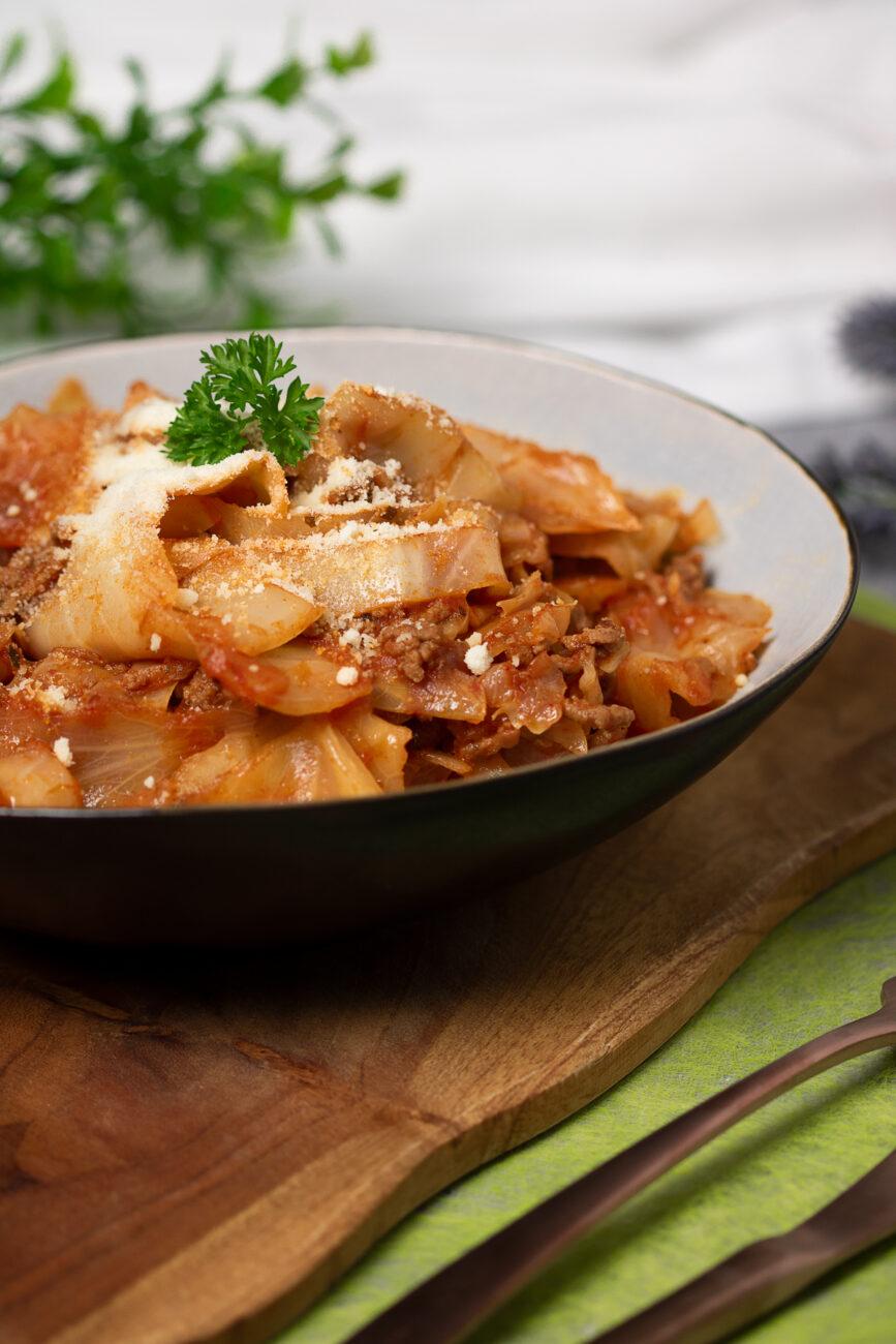 Haschee ist eine schwäbische braune Soße mit Hackfleisch. Dazu serviere ich das Rezept mit gegartem Weißkohl als Nudelersatz.