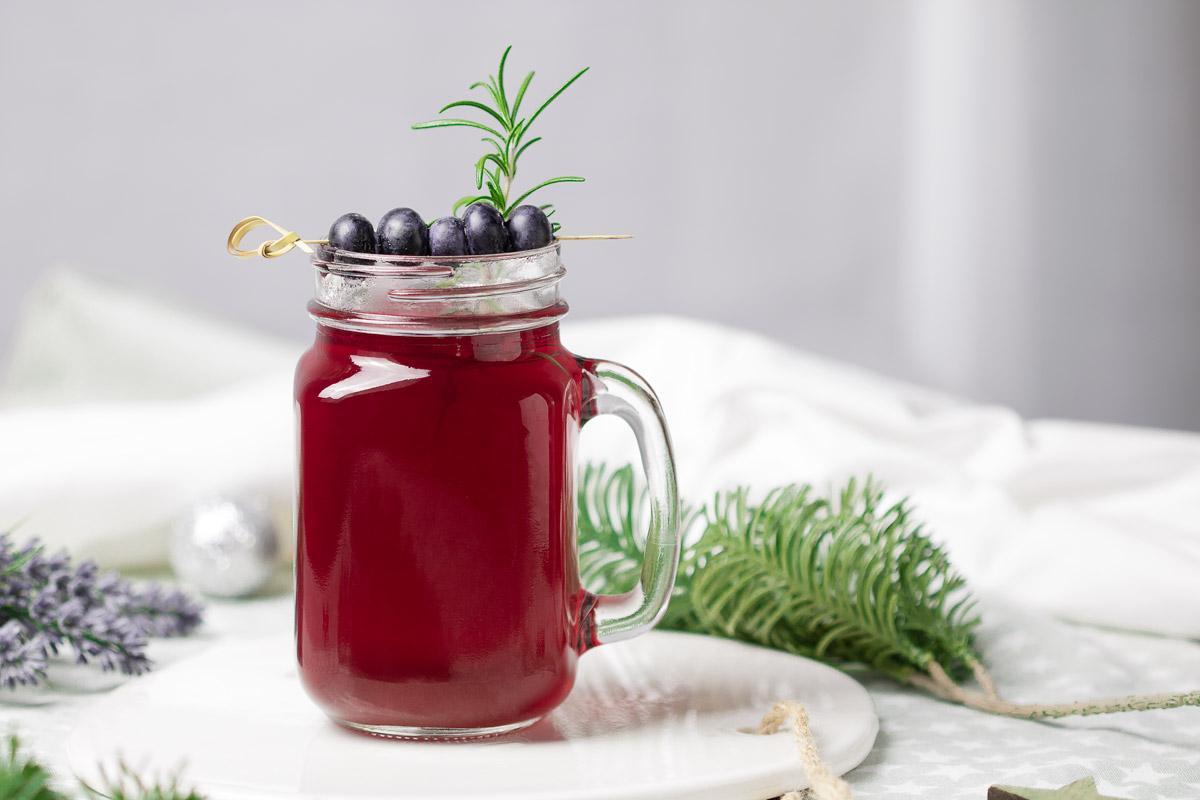 Der Low Carb Heidelbeer-Gin ist eine Low Carb Alternative zum Glühwein. Das Rezept schmeckt lecker und ist zudem zuckerfrei.