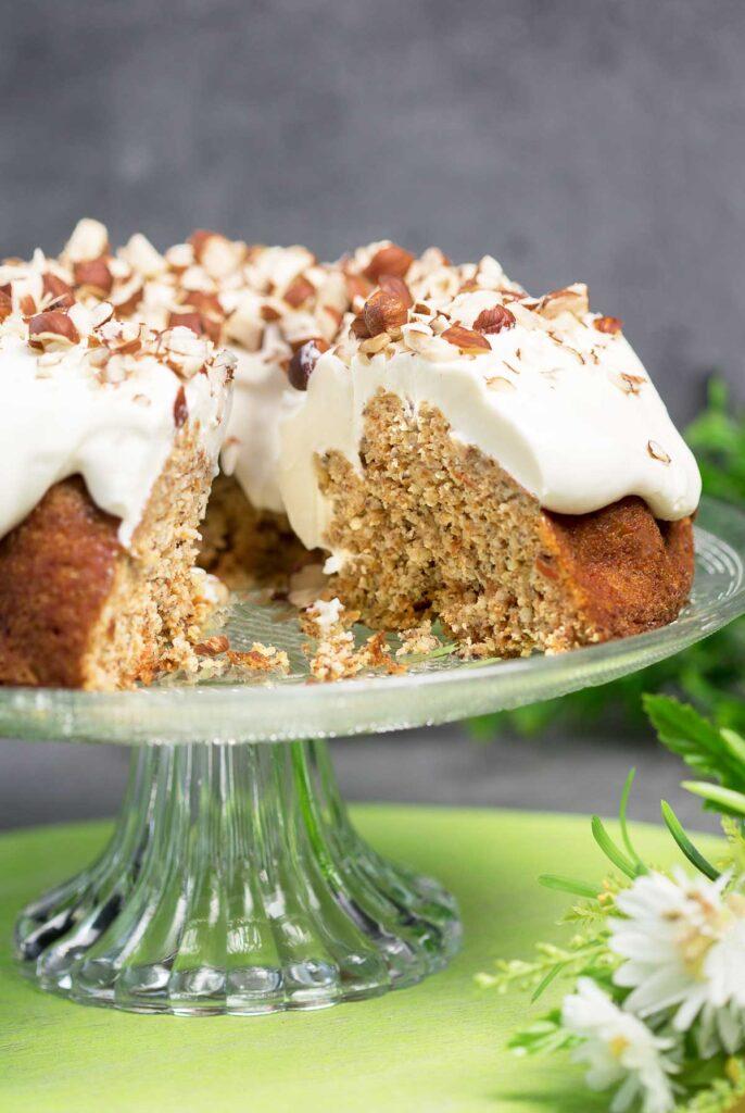 Der Karottenkuchen ist ein leckerer Low Carb Kuchen der auch noch glutenfrei und super saftig ist.