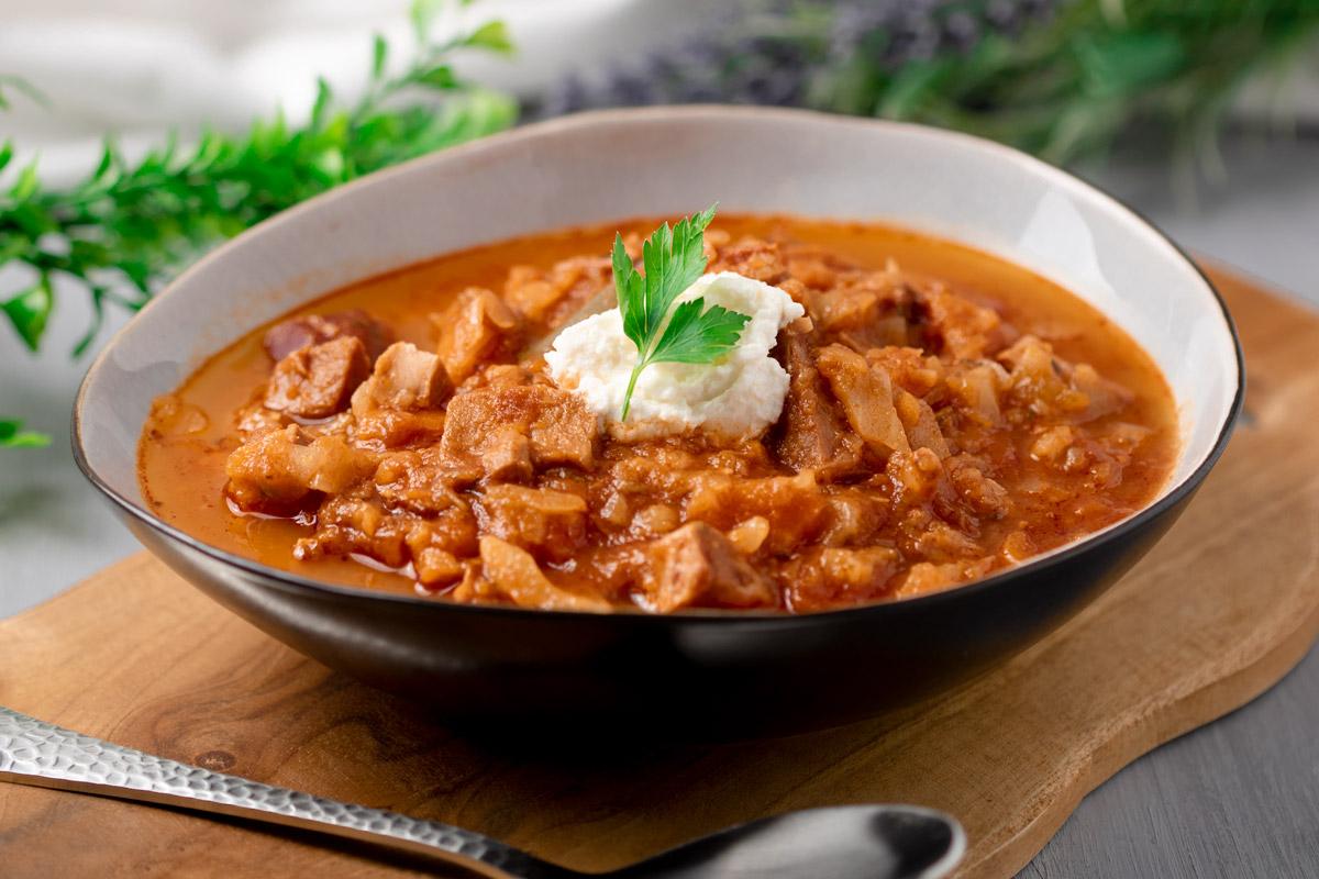 Das Kasslergulasch ist eine leckere Alternative zum klassischen ungarischen Eintopf. Diese Variante ist zudem Low Carb und glutenfrei.