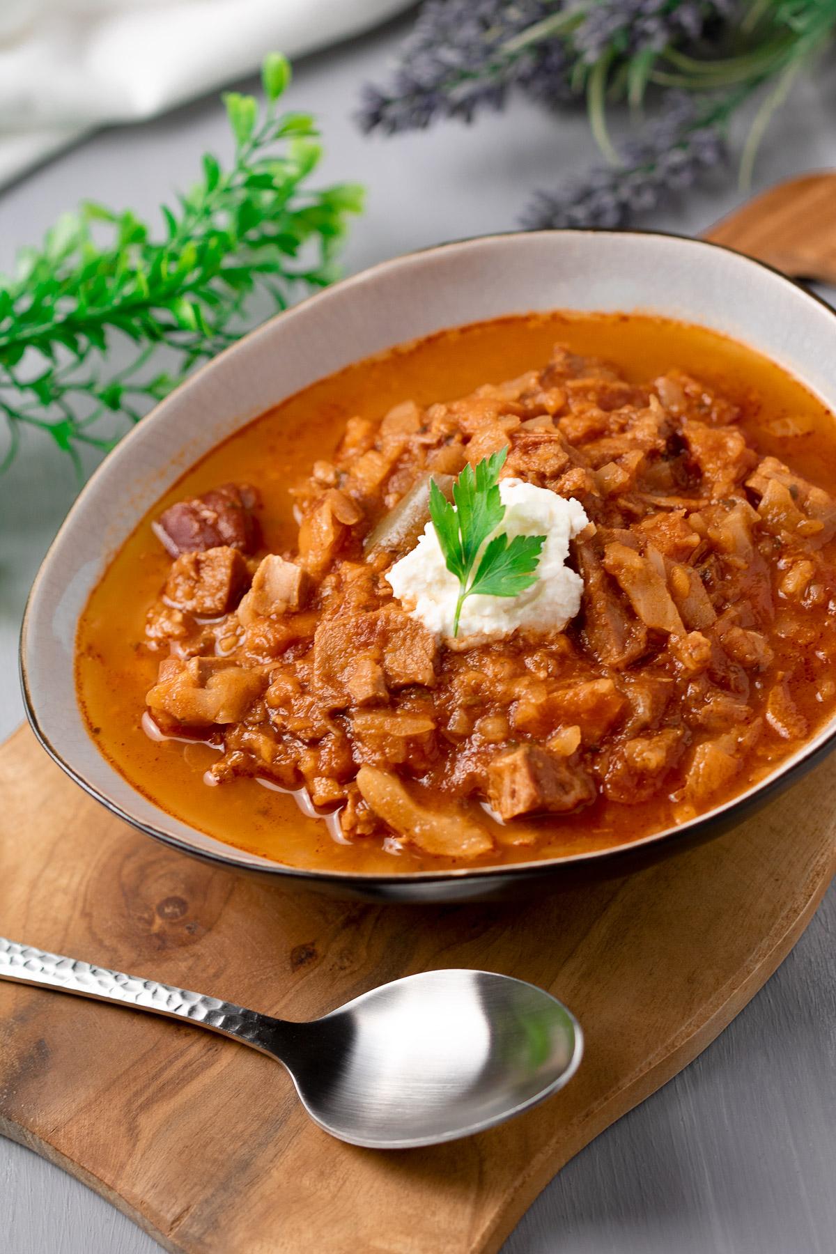 Das Kassler-Gulasch ist ein leckerer Eintopf mit viel Fleisch, Weißkohl und anderem Gemüse.