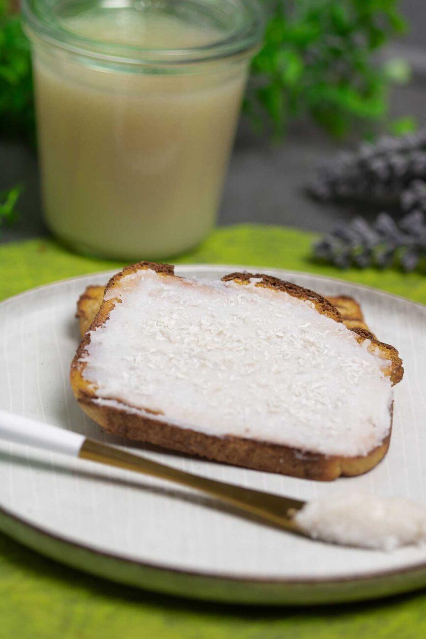 Der Kokos-Aufstrich ist zuckerfrei, Low Carb und super lecker. Das Rezept eignet sich perfekt für Eiweißbrot und zum Frühstück.
