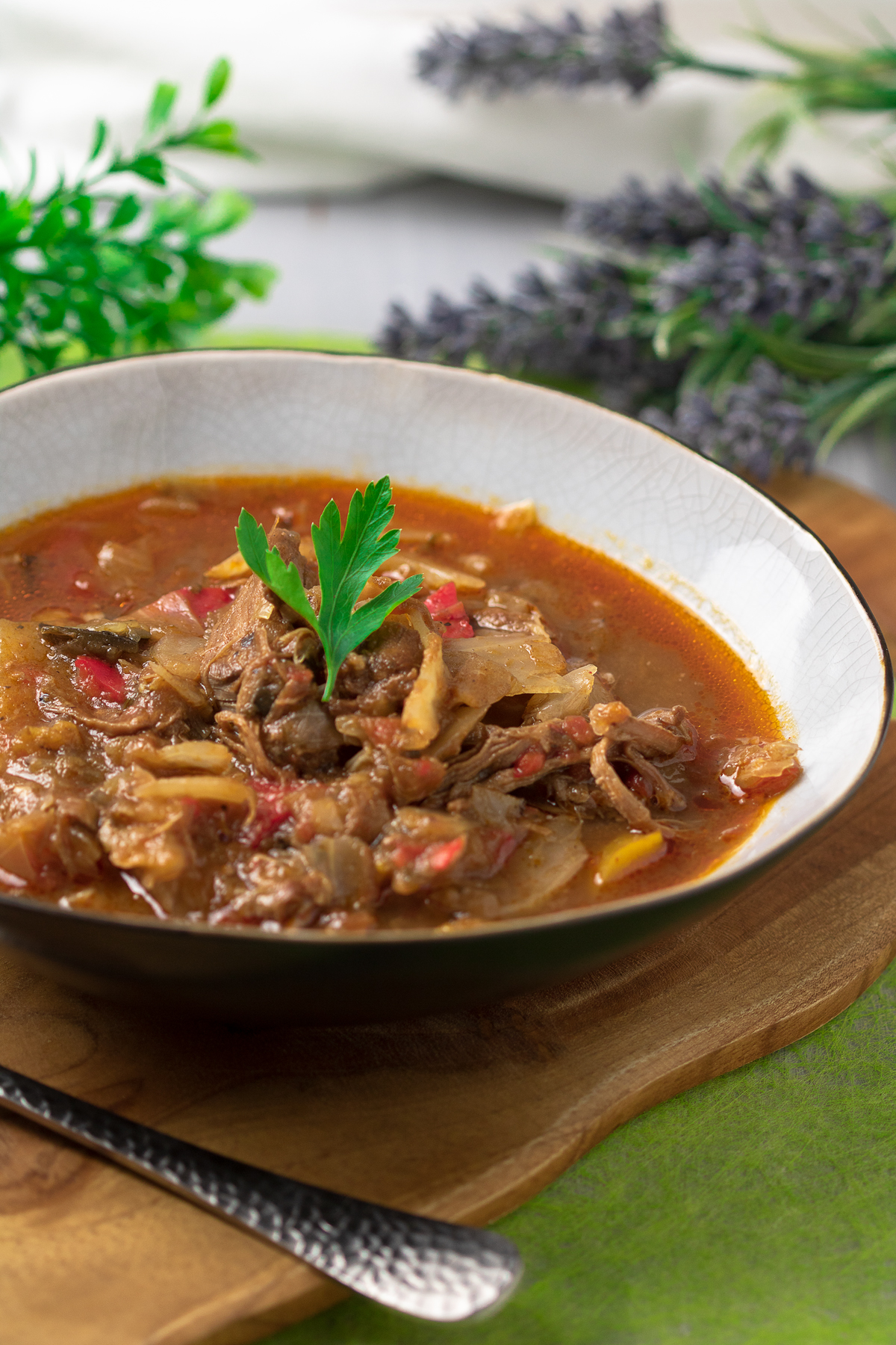 Der Lammeintopf usbekischer Art ist ein leckerer Low Carb Eintopf mit Lammfleisch, Weißkohl und Tomate.