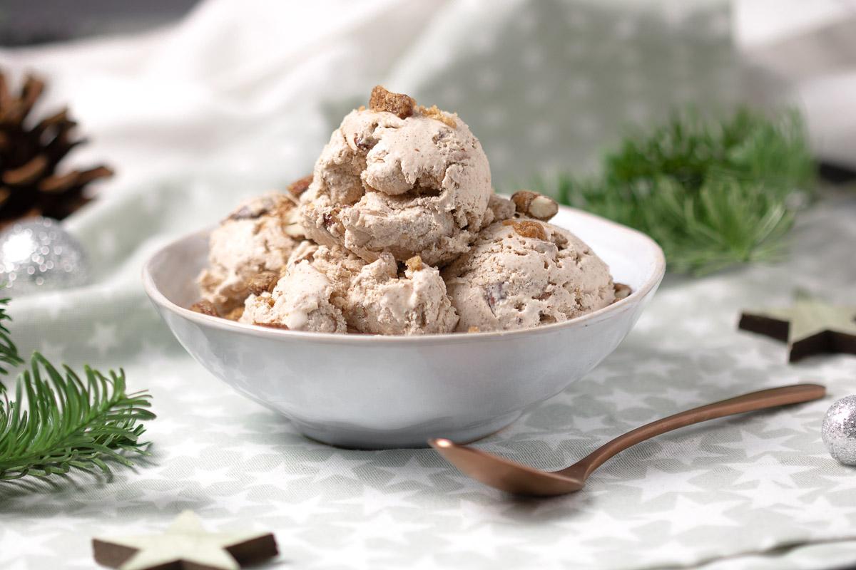 Das weihnachtliche Lebkuchen-Eis mit gebrannten Mandeln ist ein optimales Dessert für Weihnachten und die Adventszeit. Es ist Low Carb und glutenfrei.