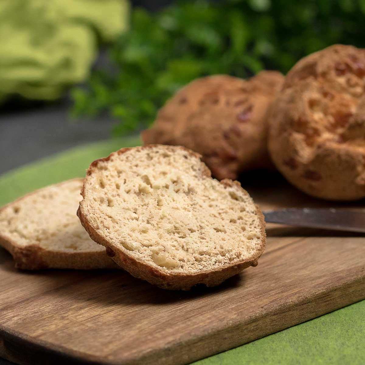 Die Mozzarella-Kokos-Brötchen sind lecker und einfach zu backen. Das Rezept für die Brötchen ist zudem Low Carb und glutenfrei.