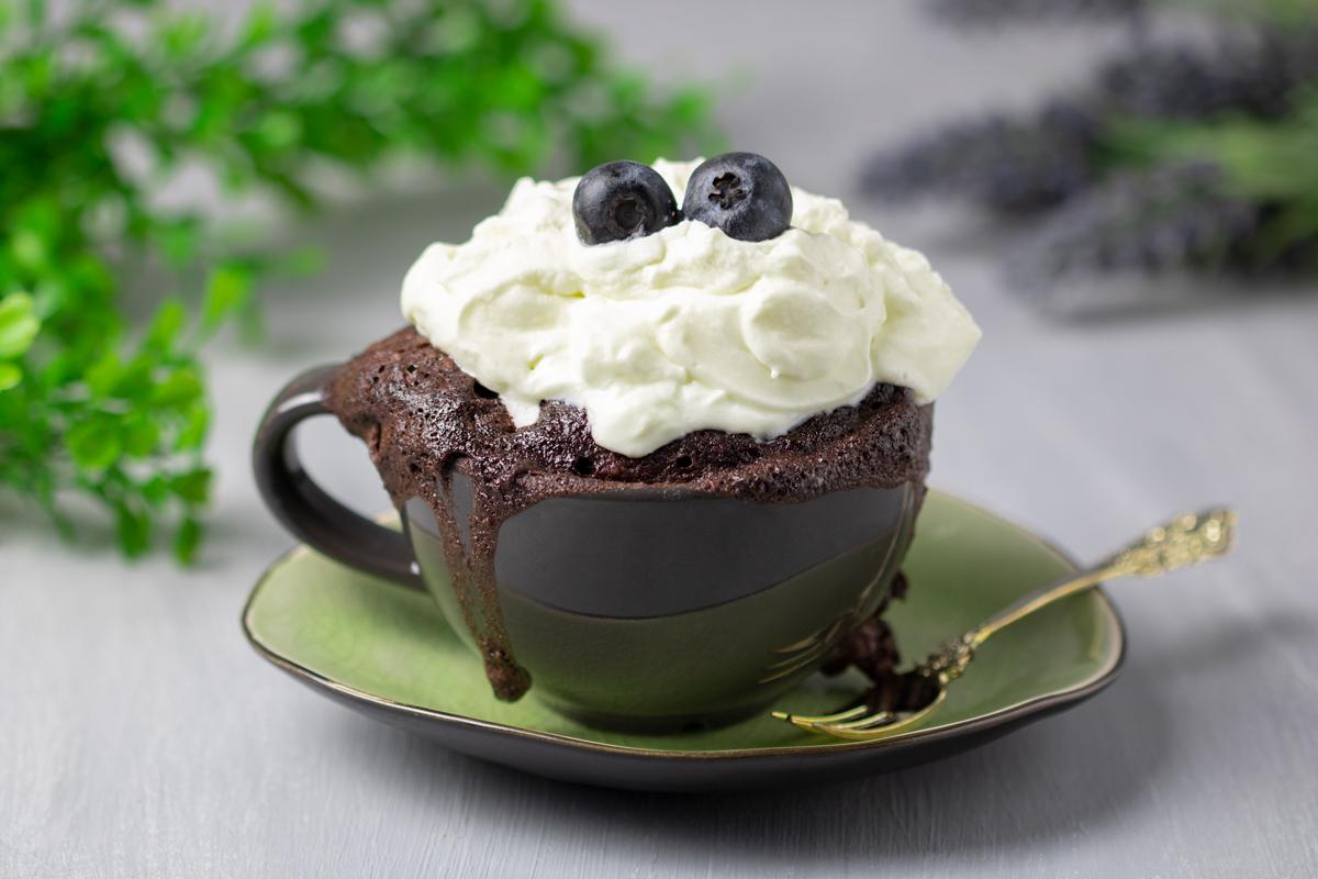 Der Schoko-Mugcake ist Low Carb und glutenfrei. Das Rezept ist lecker und Low Carb. Der kleine Kuchen ist in 5 Minuten gebacken.