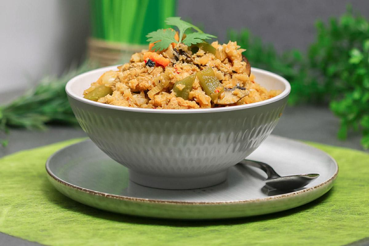 Dieses Rezept vom Nasigoreng ist Low Carb, glutenfrei und besteht nicht aus Reis sondern aus Blumenkohl